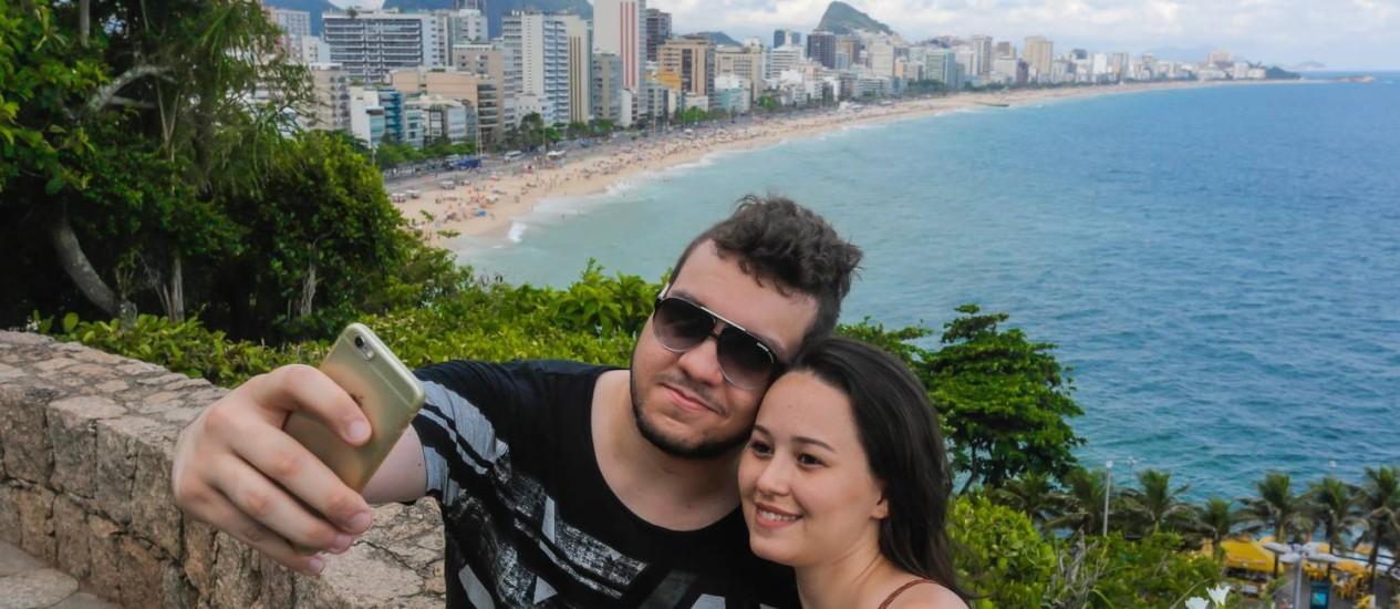 Dayane Bier e Filipe de Castro no mirante do Penhasco Dois Irmãos Foto: Marcelo Regua / Agência O Globo