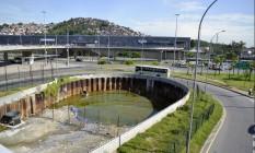 Obras do Rio Joana com água parada no canal de transposição. O local se torna um possível criadouro de dengue próximo ao Maracanã, o local se encontra assim pelo menos desde o dia 17 de dezembro Foto: Agência O Globo