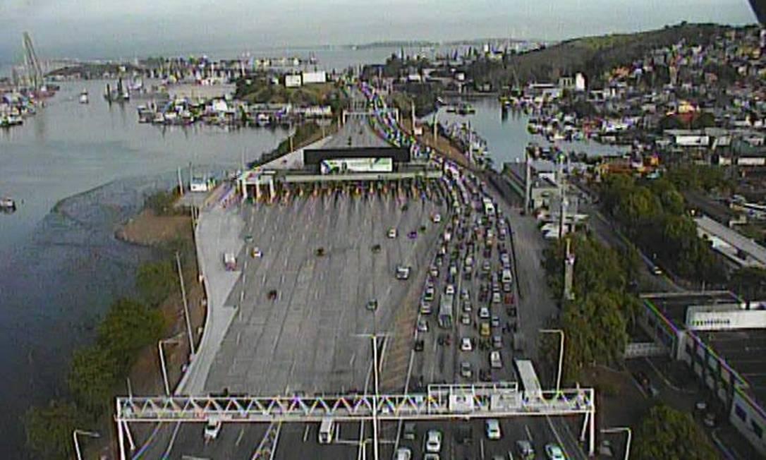 Colisão entre ônibus e guincho deixa treze feridos na Ponte