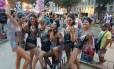 Amigas do Bloco das Piranhas se divertem no Cordão do Prata Preta Foto: Camila Zarur
