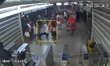 Motorista é agredido a chutes por um dos vândalos Foto: Divulgação - BRT