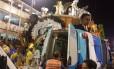 Parte do carro da Unidos da Tijuca despenca e deixa muitos feridos Foto: O GLOBO