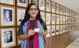 Usando lenço com as cores da bandeira do orgulho trans, Maria Eduarda exibe sua nova carteira profissional Foto: Reprodução