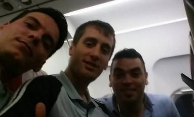 Matías Carena com amigos Foto: Reprodução Twitter