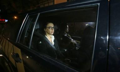 Adriana Ancelmo chega em casa, no Leblon, Zona Sul do Rio Foto: Marcelo Theobald / Agência O Globo