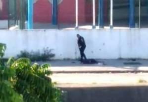 Imagem flagra o momento em que um policial executa um homem já caído no chão Foto: Reprodução