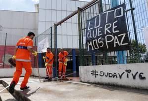 Professores e alunos colaram cartazes pedido paz após morte de Maria Eduarda Foto: Márcio Alves/Agência O Globo