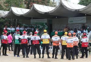Agentes do Aterro Presente durante homenagem Foto: Fabiano Rocha / Agência OGlobo