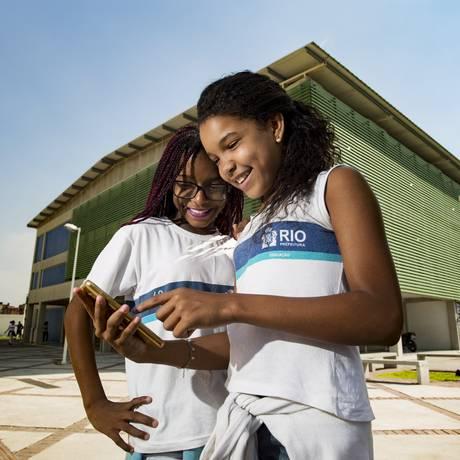 Thauany Ferreira e Maria Eduarda Teixeira testam o aplicativo na escola: projeto, que deve ser implantado daqui a um mês, vai beneficiar 400 alunos Foto: Ana Branco / Agência O Globo
