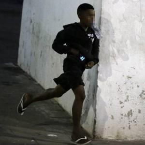 Adolescente foge após levar celular de idoso nos Arcos da Lapa Foto: Domingos Peixoto / Agência O Globo