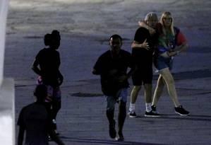 Após assalto, casal perplexo olha ladrão correr pela Lapa Foto: Domingos Peixoto / Agência O Globo