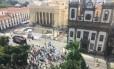 Manifestantes se concentram na altura da Assembleia Legislativa (Alerj) contra o aumento da alíquota previdenciária Foto: Guilherme Ramalho / Agência O Globo