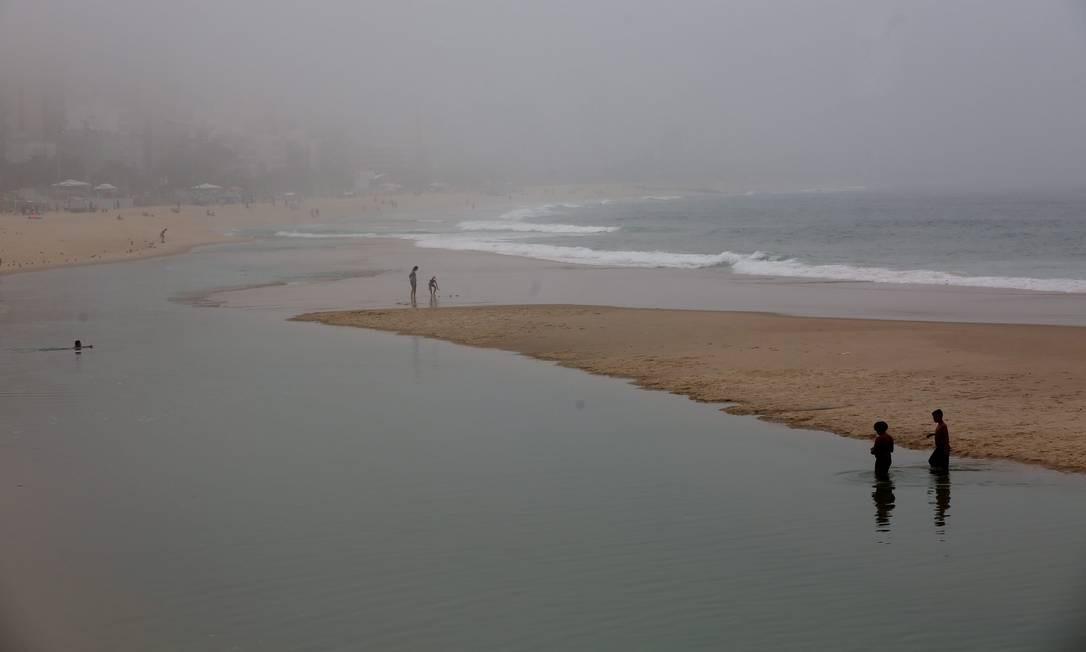 Poucos foram os que se aventuraram a dar um pula na Praia do Leblon na manhã deste domingo Foto: Custódio Coimbra / Agência O Globo