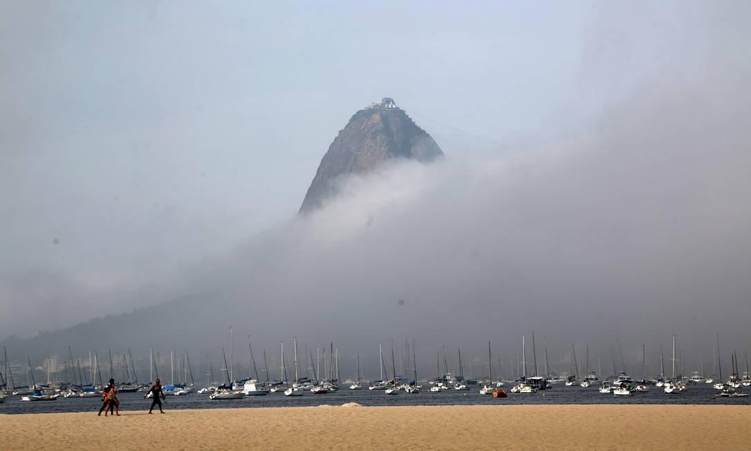 Rio amanheceu neste domingo com forte neblina. Da Praia de Botafogo era possível ver apenas parte do Pão de Açúcar Foto: Custódio Coimbra / Agência O Globo