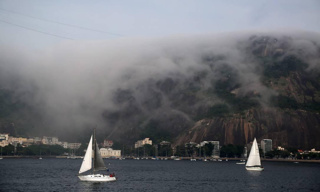 No Aterro do Flamengo, a neblina enconbriu edifícios e a montanha Foto: Custódio Coimbra / Agência O Globo