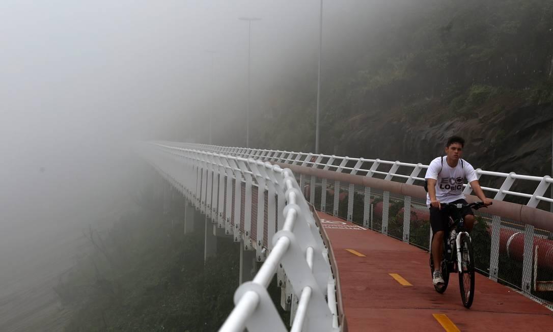 No trecho da ciclovia Tim Maia que fica em São Conrado, a névoa encobriu parte da paisagem Foto: Custódio Coimbra / Agência O Globo