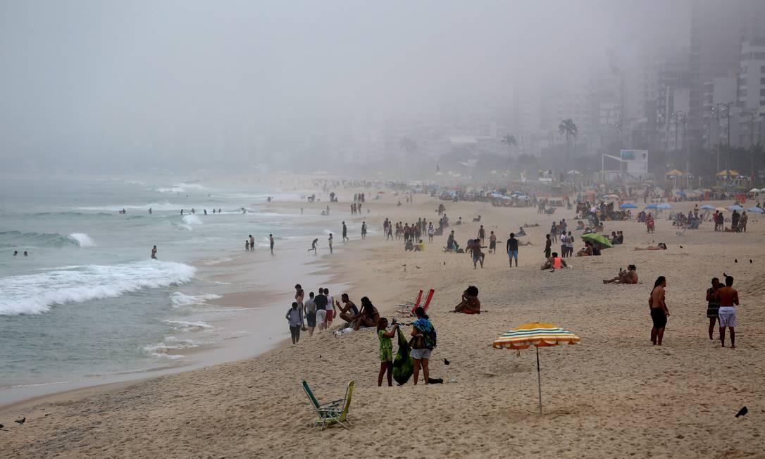 Na Praia de Ipanema, porém, a neblina não afungentou os frequentadores Foto: Custódio Coimbra / Agência O Globo
