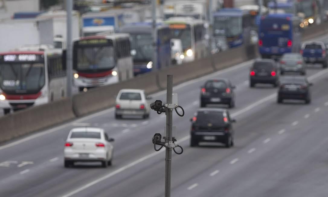 A Avenida Brasil é a via mais crítica: segundo levantamento feito a pedido do GLOBO, um a cada 400 veículos que passam por lá é multado. A média na cidade é de um por mil Foto: Márcia Foletto / Agência O Globo