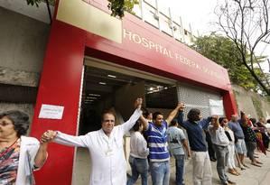 Médicos, enfermeiros e pacientes fazem um abraço simbólico ao Hospital do Andaraí Foto: Antonio Scorza / Antonio Scorza