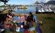 Elizabeth Silva aproveitou o primeiro domingo de sol do inverno para comemorar o aniversário com um piquenique na Lagoa Rodrigo de Freitas Foto: Custódio Coimbra / Agência O Globo