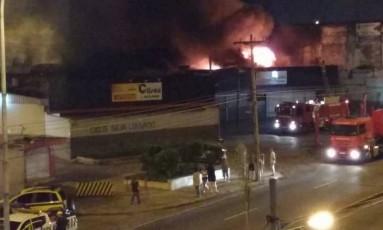 Incêndio atinge loja de pneus na Avenida Brasil Foto: Divulgação