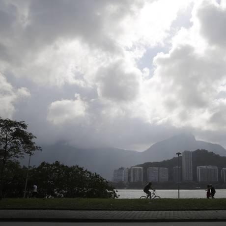 Chegada de frente fria muda paisagem do Rio Foto: Fabio Rossi / Agência O Globo