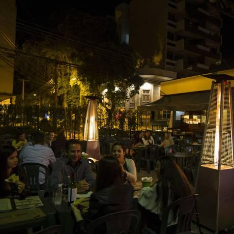 O restaurante Pizza Park na Cobal do Humaitá adquiriu novos aquecedores para o inverno Foto: Guito Moreto / Agência O Globo