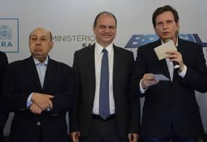 O deputado federal Simão Sessim, o ministro da Saúde Ricardo Barros e o prefeito do Rio Marcelo Crivella Foto: Divulgação