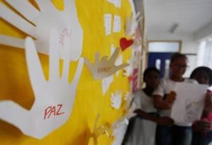 Pedido de paz em mural da Escola Municipal Jornalista Daniel Piza, onde morreu a menina Maria Eduarda, atingida por bala perdida Foto: Fabiano Rocha em 05/06/2017 / Agência O Globo