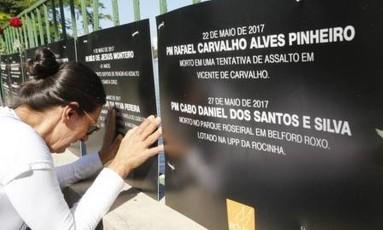 Marilda diante da placa com os dados do filho morto Foto: Antonio Scorza