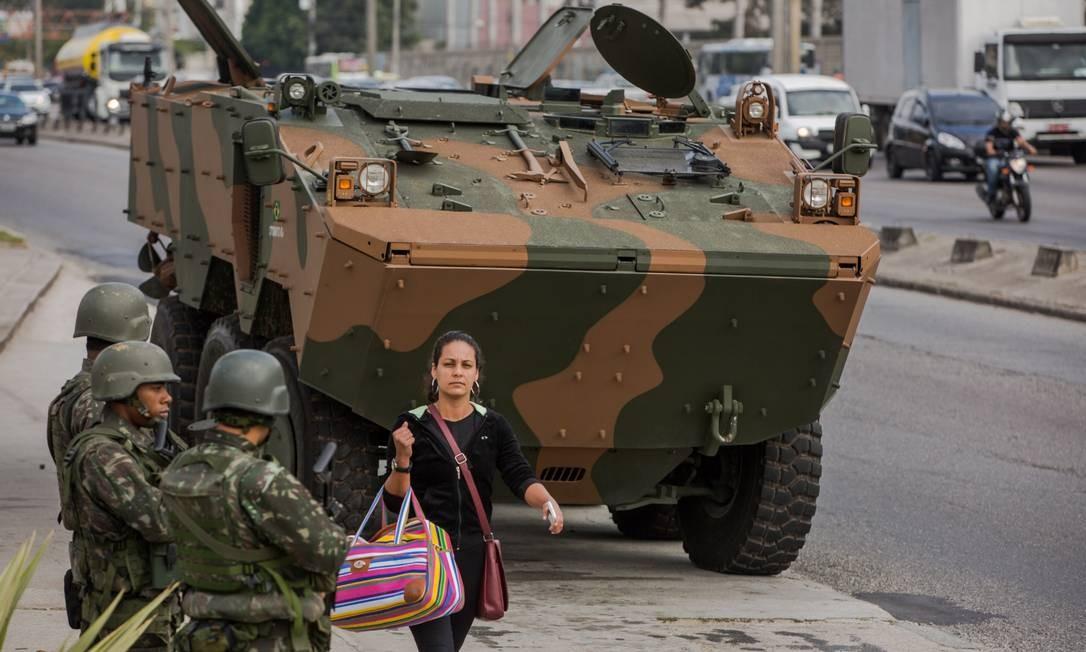 Militares têm feito cerco a comunidades e também operações de reforço de policiamento Foto: Luciola Villela / Agência O Globo