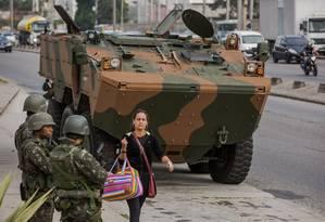 Aproximadamente dez mil agentes federais patrulham todo o estado do Rio Foto: Luciola Villela / Agência O Globo