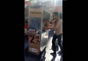 Mohamed estava trabalhando quando foi agredido Foto: Reprodução