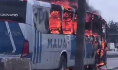 Ônibus pegou fogo na Avenida Brasil Foto: Reprodução/OTT-RJ