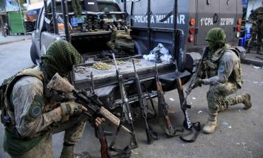 Armas, munição e drogas apreendidos na Rocinha Foto: Uanderson Fernandes / Agência O Globo