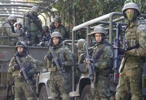 Militares do Exército durante operação na Rocinha Foto: Fábio Guimarães / Agência O Globo
