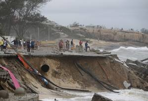 Orla da Praia da Macumba desabou com o efeito das ondas Foto: Pablo Jacob / Agência O Globo