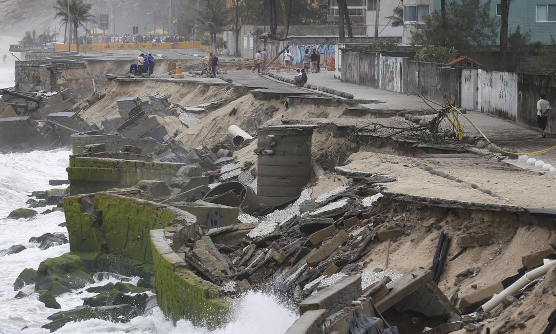 O calçadão da Praia da Macumba afunda devido à perda de areia na orla, como alertou o estudo: alguns moradores, com medo, estão saindo de casa Foto: Pablo Jacob / Agência O Globo