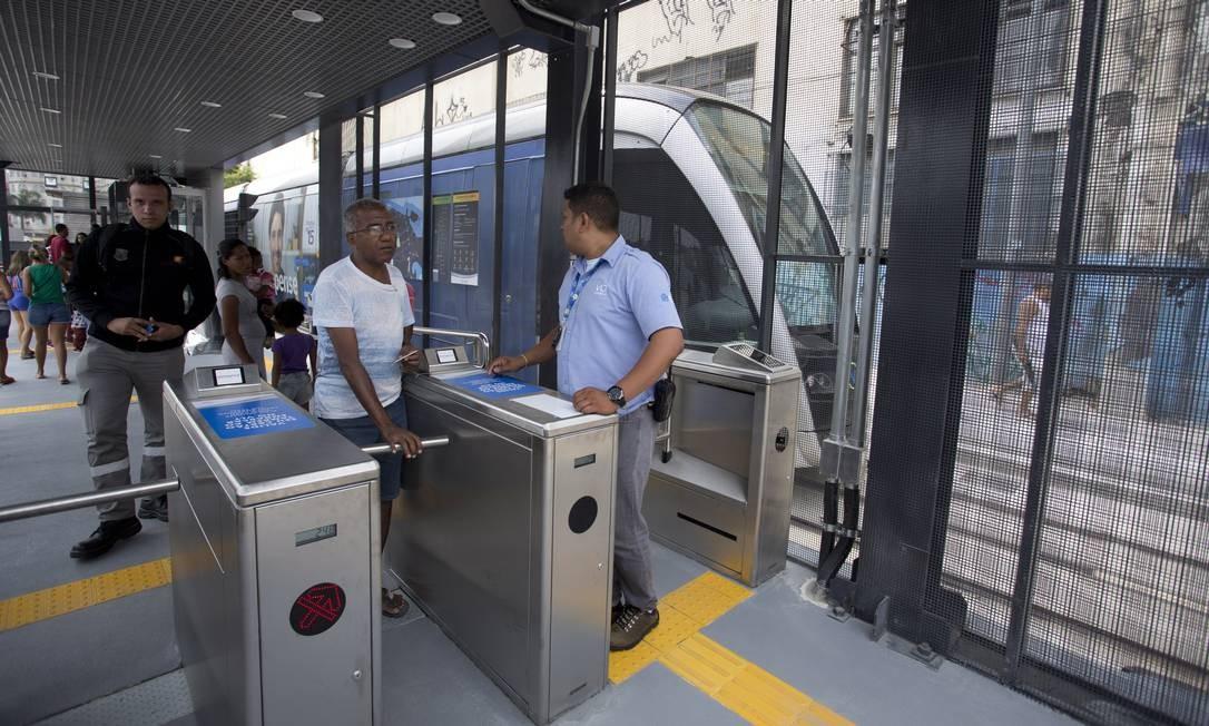 Até o dia 27 de outubro, o embarque na Estação Central do VLT será gratuito, desde que o passageiro use o Riocard Foto: Márcia Foletto / Agência O Globo