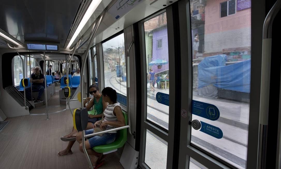 Usuários do VLT no dia da inauguração da Estação Central Foto: Márcia Foletto / Agência O Globo