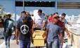 Parentes e amigos carregamo caixão de Marcelo da Silva Vaz