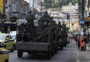 Operação de militares das Forças Armadas no Complexo de São Carlos, em outubro Foto: Uanderson Fernandes / Agência O Globo