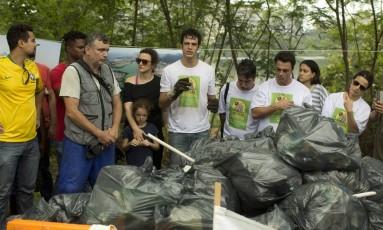 Capiteaneado pelo biólogo Mário Moscatelli, um mutirão formado por cem pessoas, incluindo famosos, recolheu cerca de dez toneladas de lixo, em um trecho de 70 metros de margem da Lagoa de Marapendi, na Barra da Tijuca Foto: Márcia Foletto / Agência O Globo