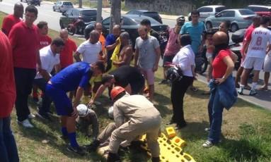 Carro em que Romário viajava avançou o sinal e atropelou um ciclista Foto: Reprodução/Twitter