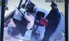 Homem retira dinheiro de caixa da casa de câmbio Foto: Reprodução