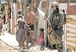 Militar patrulha rua do Jacarezinho Foto: Gabriel Paiva