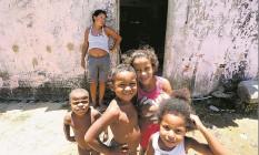 Deise Barbosa com quatro de seus filhos: analfabeta, ela sustenta a família com os R$ 234 que recebe do Bolsa Família e a pensão dada pelo pai de duas das crianças Foto: Guilherme Pinto