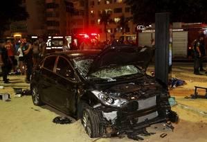 Várias pessoas foram atingidas pelo veículo desgovernado, na altura da Rua Figueiredo de Magalhães Foto: Antonio Scorza / Agência O Globo