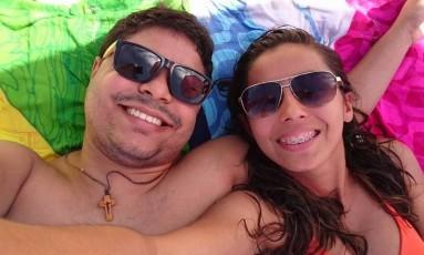 Larisse com o namorado, Elizaldo, na praia em outra ocasião Foto: Reprodução