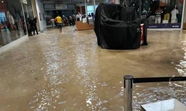 Shopping Bangu fica alagado após chuva forte Foto: Foto: Reprodução/redes sociais
